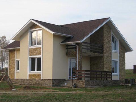 Фото дома из газобетона, облицованного пластиковыми панелями