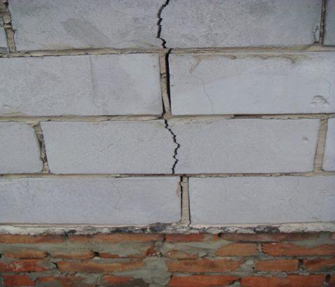 Из-за неравномерной усадки фундамента, стена из автоклавного газобетона дала трещину