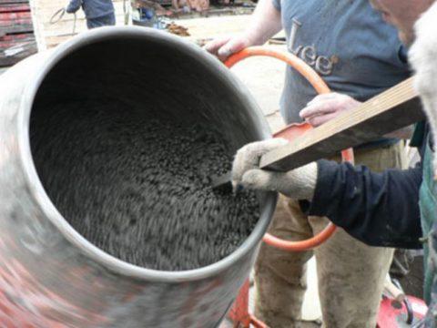 На фото — замешивание керамзитобетона в бетономешалке