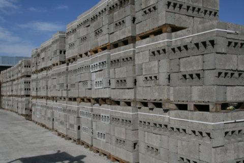 После набора марочной прочности блоки могут храниться под открытым небом