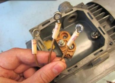 Три вывода в борно однофазного электродвигателя