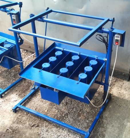 Вибростенд с формами для кустарного производства блоков керамзитобетона