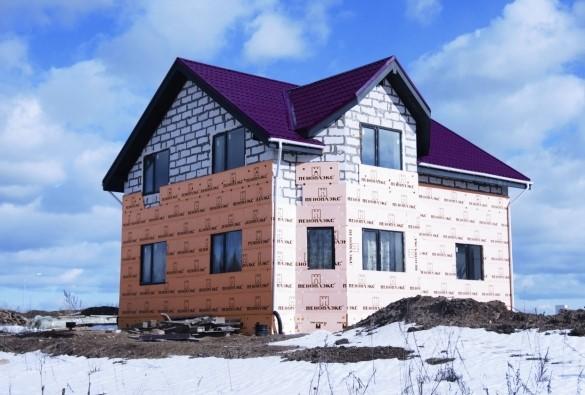 Дом из газобетонных блоков на этапе утепления пеноплексом