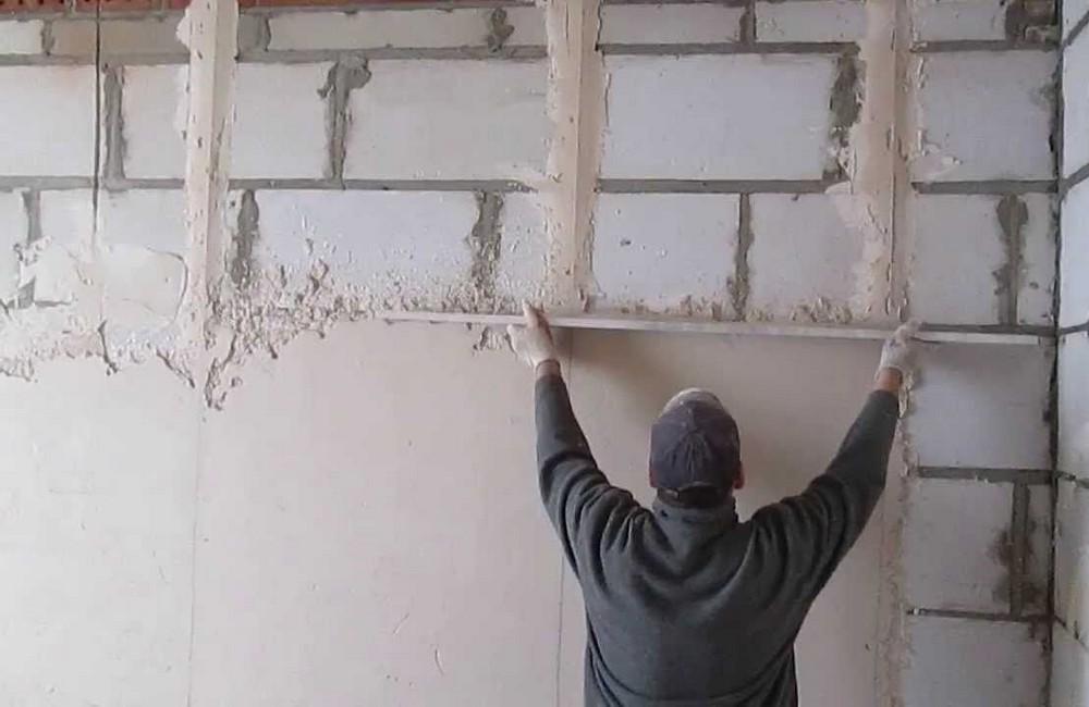 На ровных стенах слой штукатурки минимальный