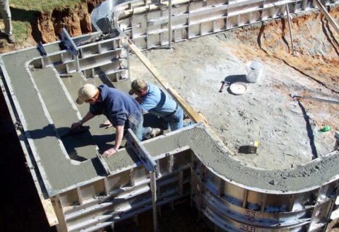 Бетонирование стенок бассейна в инвентарной опалубке