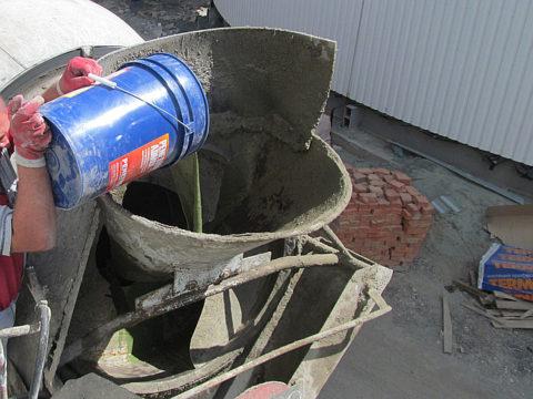 Добавляем готовую смесь Пенетрон Адмикс в бетономешалку