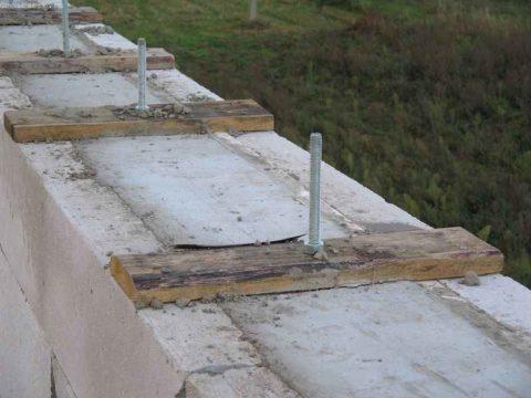 Фиксация шпилек в бетоне для крепления кровли газобетонного дома