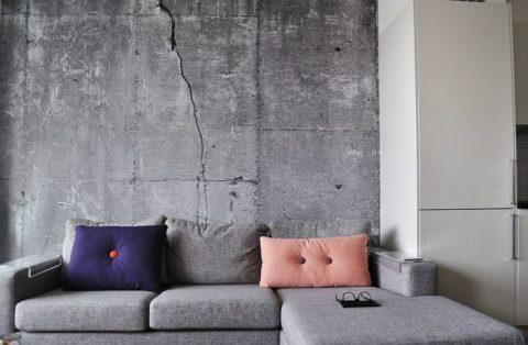 Искусственные дефекты стены делают ее облик реалистичным