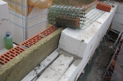 Крепление кирпича к блокам сеткой