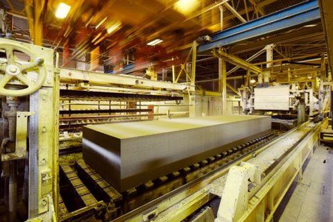 Массив газобетона транспортируется к месту нарезки на блоки