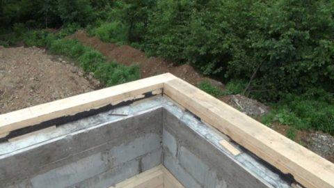 Мауэрлат из бруса по армированному поясу стены из газобетонных блоков