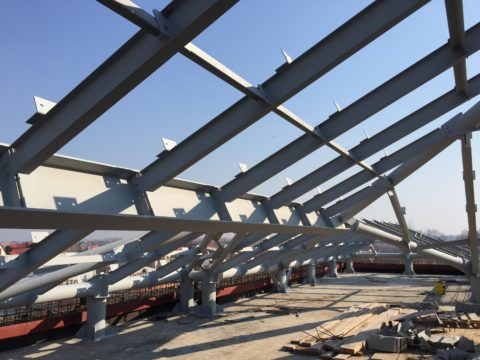Металлический каркас крыши для здания из газобетона