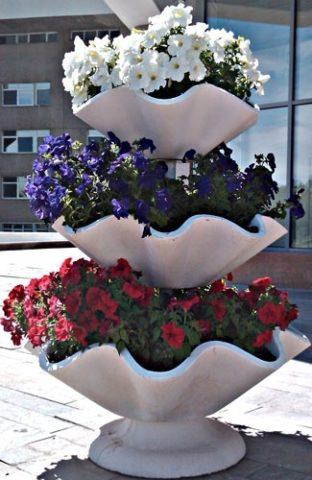 Многоярусная бетонная композиция для цветов