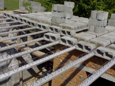 Монтаж блоков начинается от стен