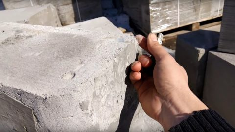На фото - пример некачественного фибропеноблока. Он легко протыкается, крошится по углам, а кусочки без труда поддаются растиранию пальцами в пыль