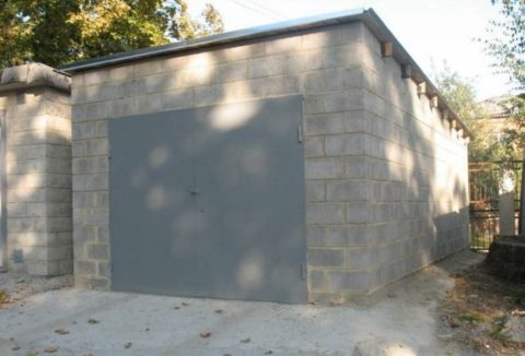 На фото — самая простая и дешевая конструкция крыши: балки вмурованы в стены