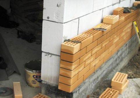 На фото показано опирание блока и кирпича на фундамент дома.