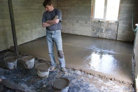 На фото показано выравнивание бетонной смеси правилом