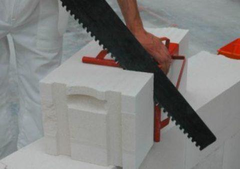 На фото видно, что распилить блок можно обычной ножовкой