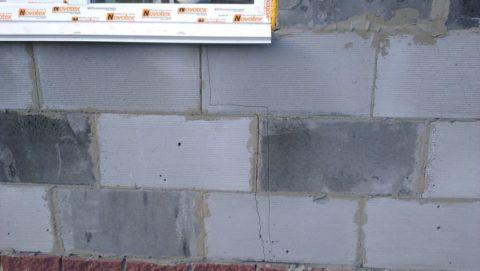 Неравномерная усадка дома часто приводит к появлению трещин