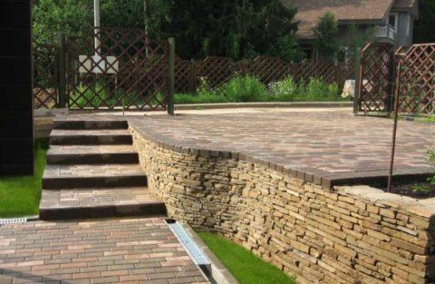 Облицовка подпорной стенки искусственным камнем