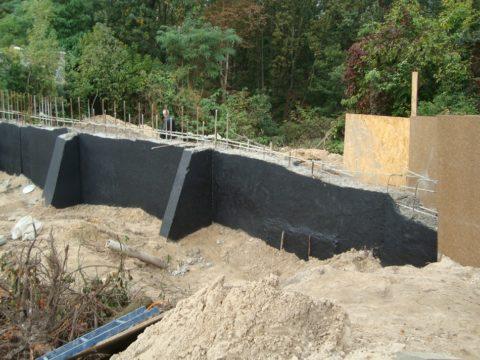 Обработка подпорной стенки битумом