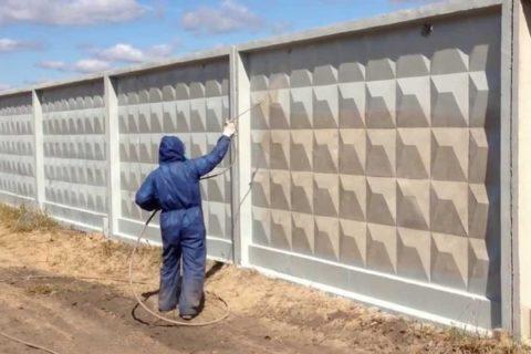 Окраска бетонного забора краскопультом
