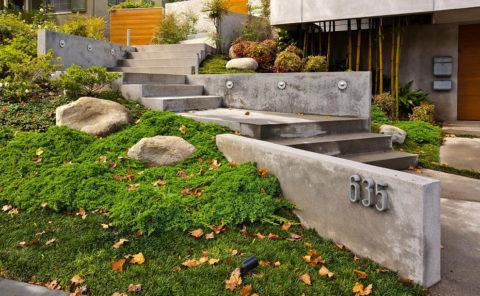 Опорная стенка из бетона в ландшафте с естественным уклоном