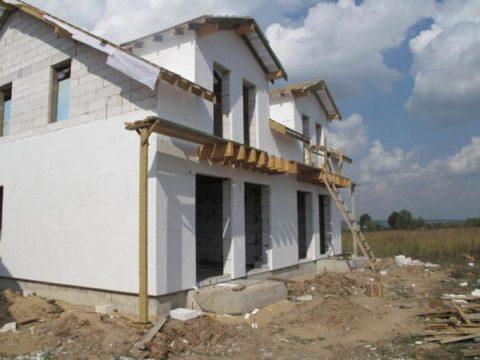Оштукатуренные стены фасада газобетонного дома