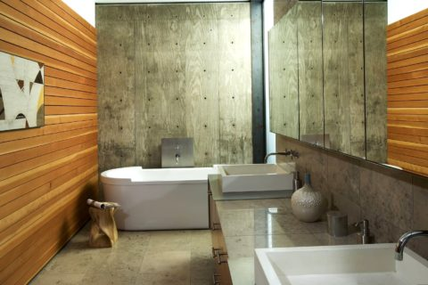 Отделка одной стены в ванной комнате