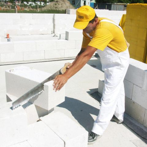 Отрезать часть газобетонного блока «Итонг» легко при помощи ручной пилы