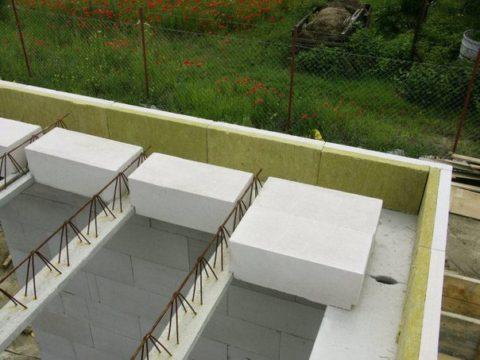 Перекрытие сборно-монолитного типа из газобетонных блоков по железобетонным балкам