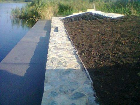 Подпорная стенка на берегу водоема