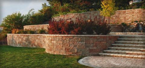 Подпорная стенка, облицованная искусственным камнем