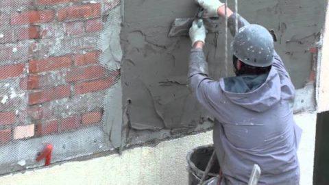 Применение пескобетона на фасаде: выравнивание стены перед нанесением клея.