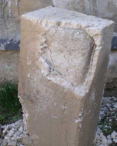 Разрушенный из-за повышенной влажности газобетонный блок