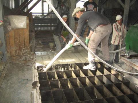 Самостоятельное производство: заливка раствора в формы