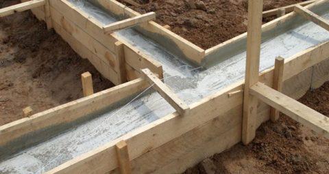 Съемная опалубка в процессе схватывания раствора бетона