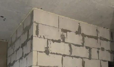 Шов между стеной и перекрытием заполнен монтажной пеной