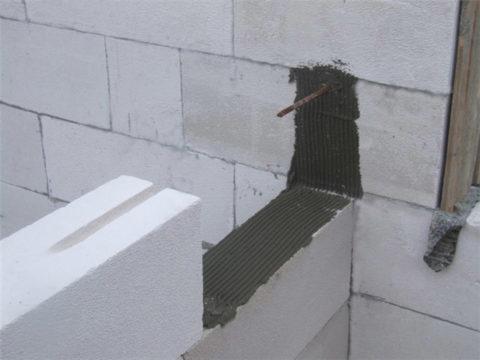 Соединение газобетонной перегородки со стеной анкером