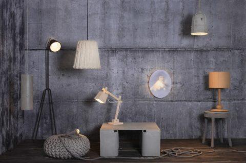 Стена из декоративной штукатурки под бетон должна хорошо освещаться