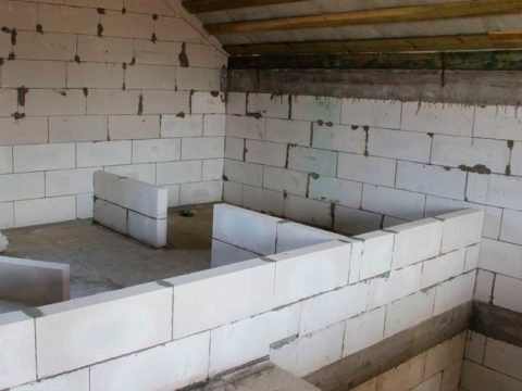 Строительство внутренней перегородки в частном доме. Материал — газобетон