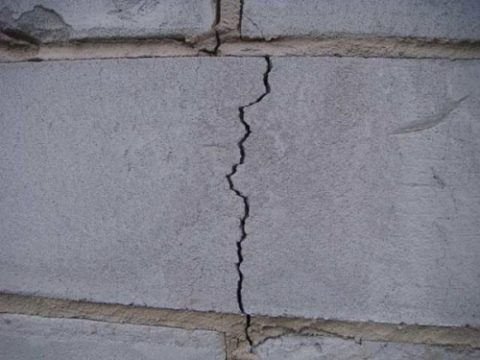 Трещина на газобетонной стене