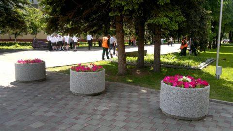 Цветочницы из бетона в парке