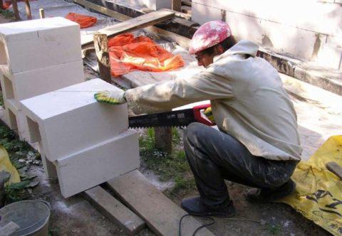 Ячеистые бетоны легко обрабатываются ручным инструментом