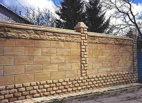 Забор, облицованный природным камнем