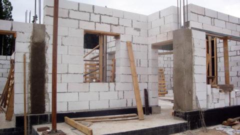 Заливка колонн армокаркаса при строительстве газобетонного коттеджа с гаражом