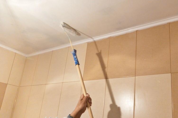 Окрашивание потолка в ванной комнате