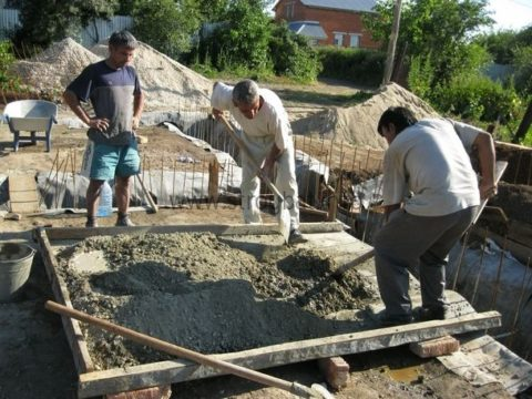 Альтернатива бетоносмесителя — приготовление бетона вручную, с помощью лопат