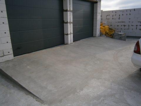 Бетонирование площадки перед гаражом: въезд должен иметь уклон для стока воды